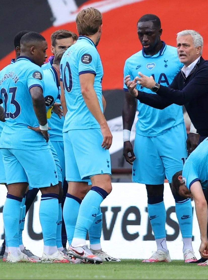 José Mourinho speaking with Tottenham players