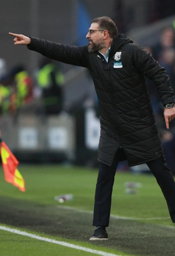bilic-slaves-instructs-her-west-brom-players-touchline