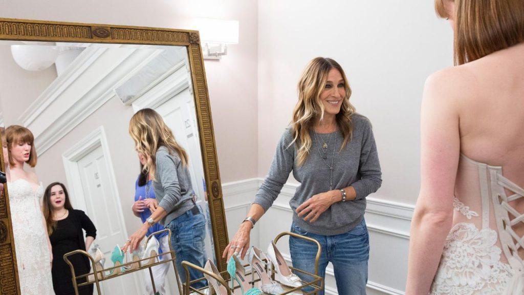 Sarah Jessica Parker presentando sus zapatos en Kleinfelds (tienda de novias).