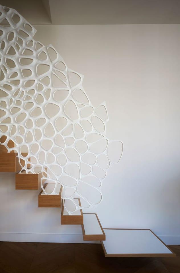 moderne und minimalistische Innenraumtreppe von Ammar Eloueini AEDS mit Gelnder aus Corian von