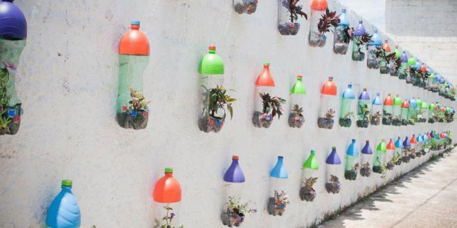 Wandgestaltung aus bunten petflaschen  fresHouse