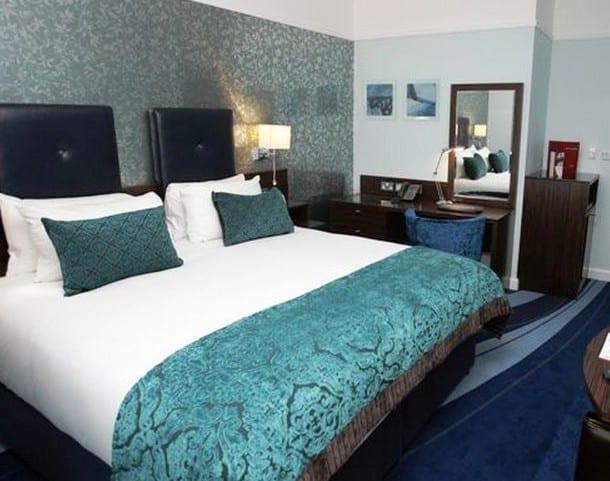 schlafzimmer blau mit wandtapete grau  fresHouse