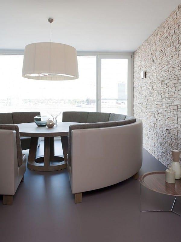 esstisch massiv mit rundem sofa fr modernes esszimmer