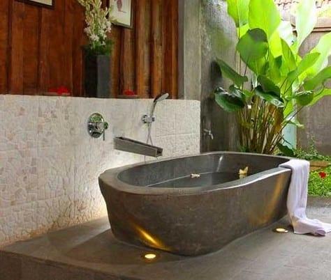kleines badezimmer im auenbereich mit freistehender