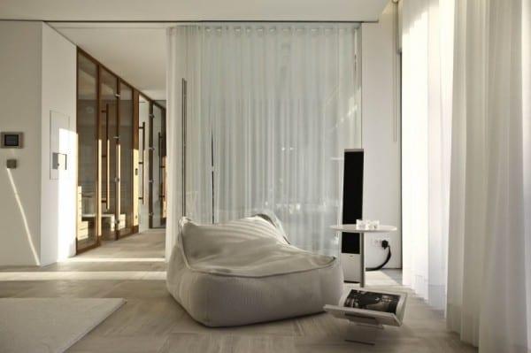 moderne einrichtung mit puffsessel wei und beisteltisch rund  fresHouse