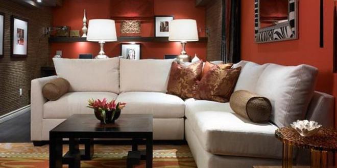 kreative wohnidee wohnzimmer mit wandfarbe rot und teppich in gelb und orange unter weiem