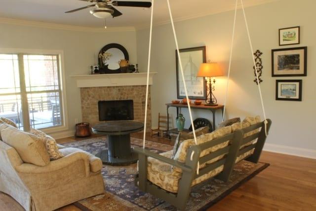 wohnzimmer einrichten mit DIY couchtisch holz aus kabelrolle und holzschaukel  fresHouse