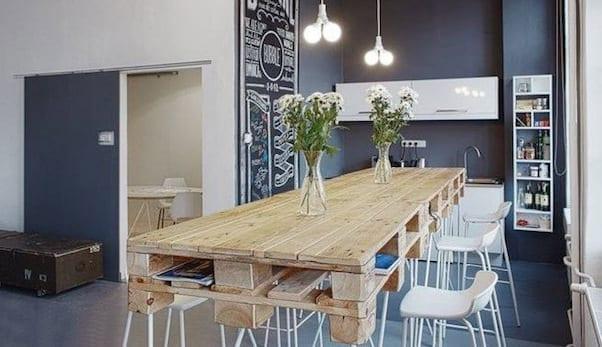 modernes wohnyimmer mit esstisch aus paletten_paletten