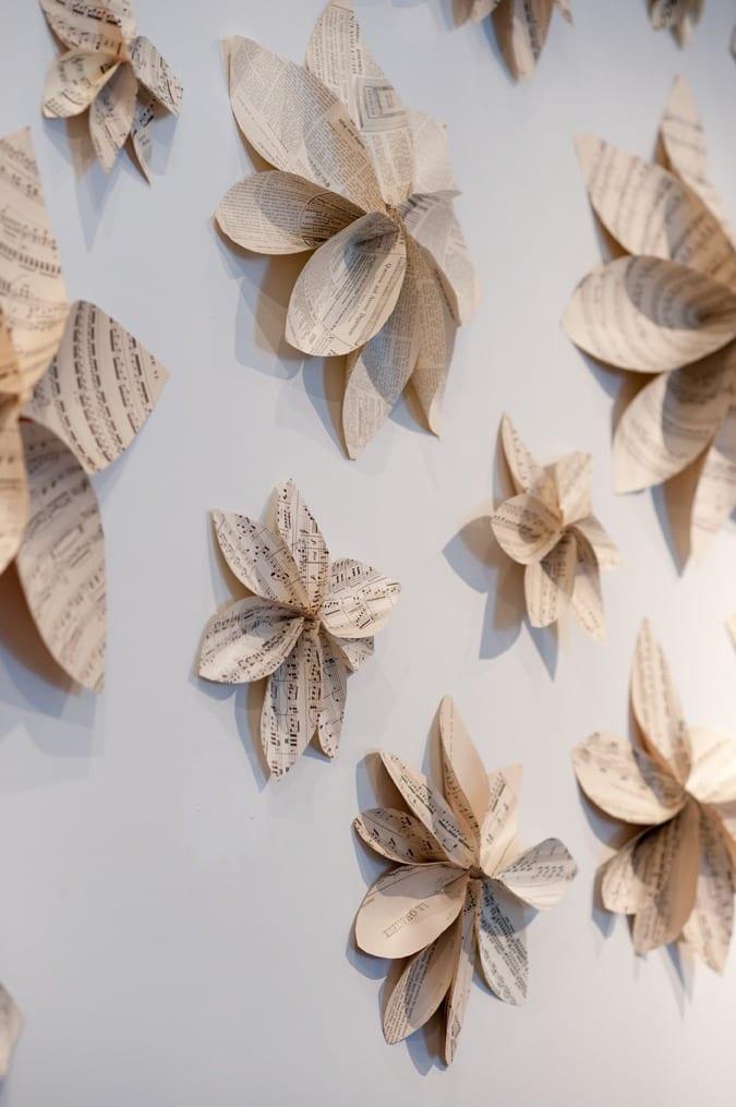 wanddekoration selber machen aus papier und idee fr kreative wandgestaltung mit papierblumen