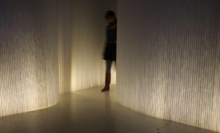 beleuchtete trennwnde wei mit integriertem LEDs als coole raumteiler ideen  fresHouse