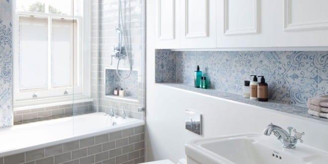 kleine und moderne badezimmer mit fenster und badewanne_weie badfliesen mit muster und