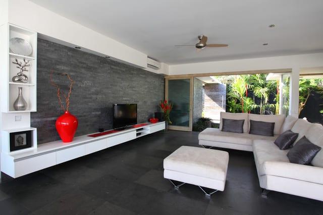 schwarze wnde_modernes wohnzimmer design in weischwarz mit schwarzen bodenfliesen und
