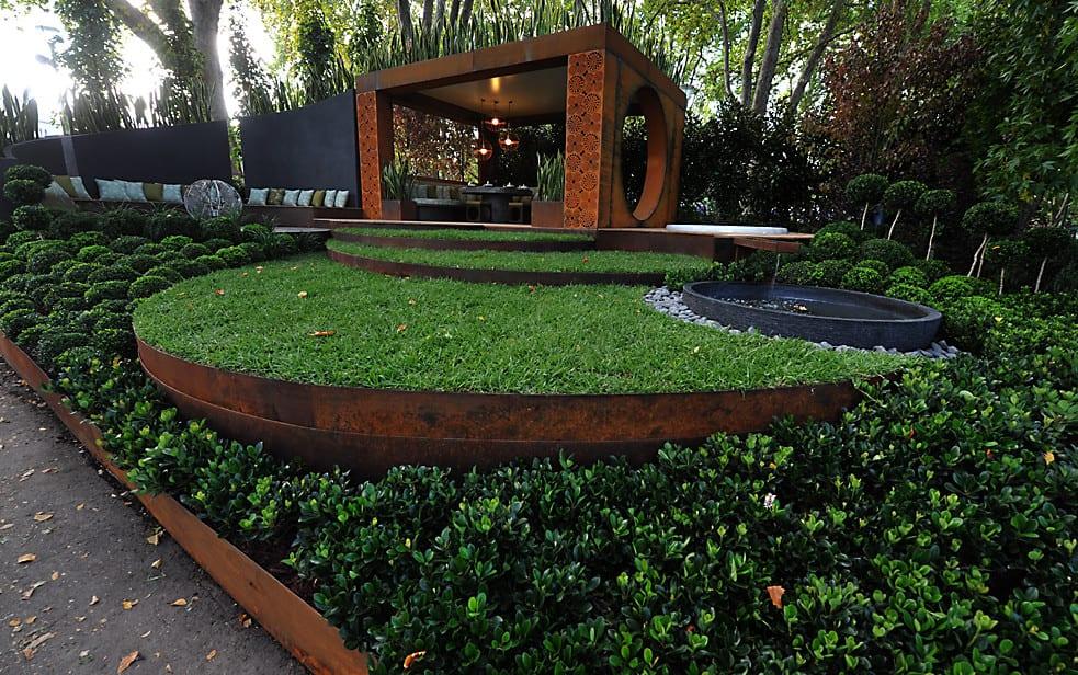 Garten gestalten mit Rasenkante und Beetumrandung aus Roststahl  fresHouse