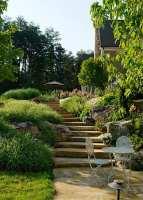 Der Reiz einer Gartengestaltung in Hanglage   fresHouse