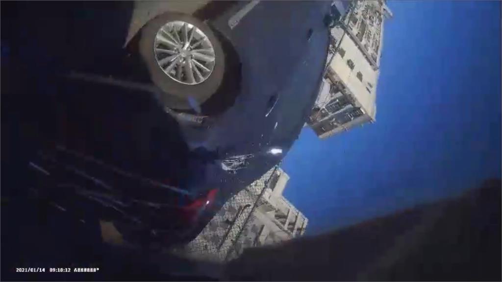 嚇醒!恍神撞路邊3車 車上鏡頭錄下翻車過程 - 民視新聞網