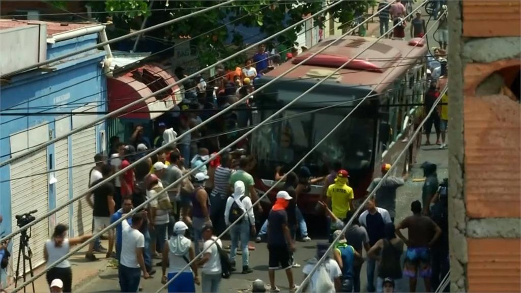 委內瑞拉運送物資爆衝突 至少2死,300傷-民視新聞網