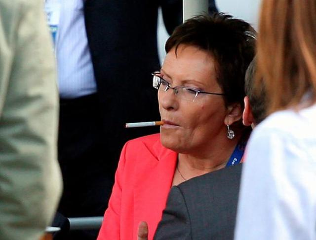 Ewa Kopacz z papierosem