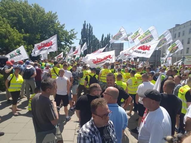 Górnicy protestują przed siedzibą PiS