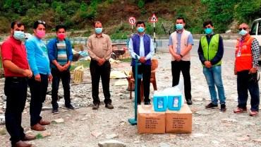 नेपाल पत्रकार महासंघ गण्डकी स्वास्थ्य सुरक्षा सामग्री हस्तान्तरण गर्दै