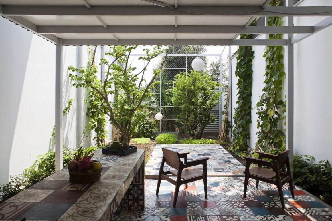 the cult of the courtyard: 10 backyard ideas for small