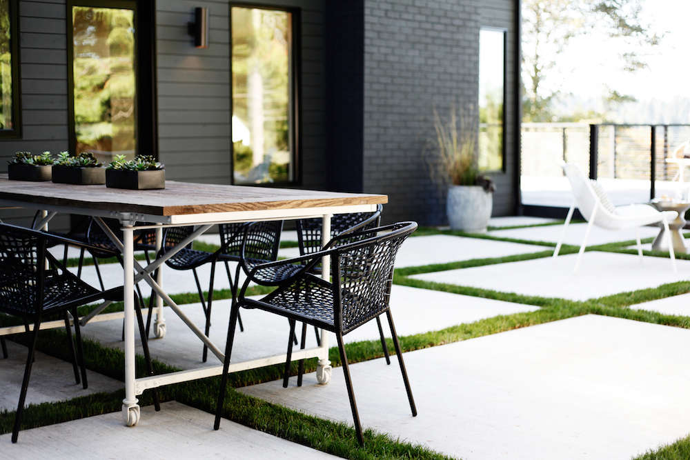 Color Stories 11 Black And White Outdoor Rooms Gardenista