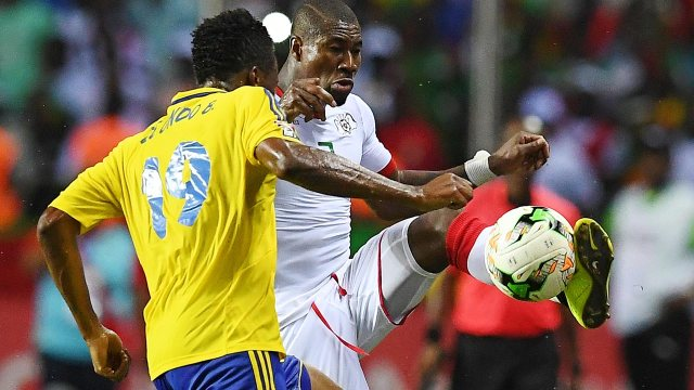 Gabon's defender Benjamin Ze Ondo (L) challenges Burkina Faso's midfielder Prejuce Nakoulma during the 2017 Africa Cup of Nations group A football match between Gabon and Burkina Faso at the Stade de l'Amitie Sino-Gabonaise in Libreville on January 18, 2017.  GABRIEL BOUYS / AFP