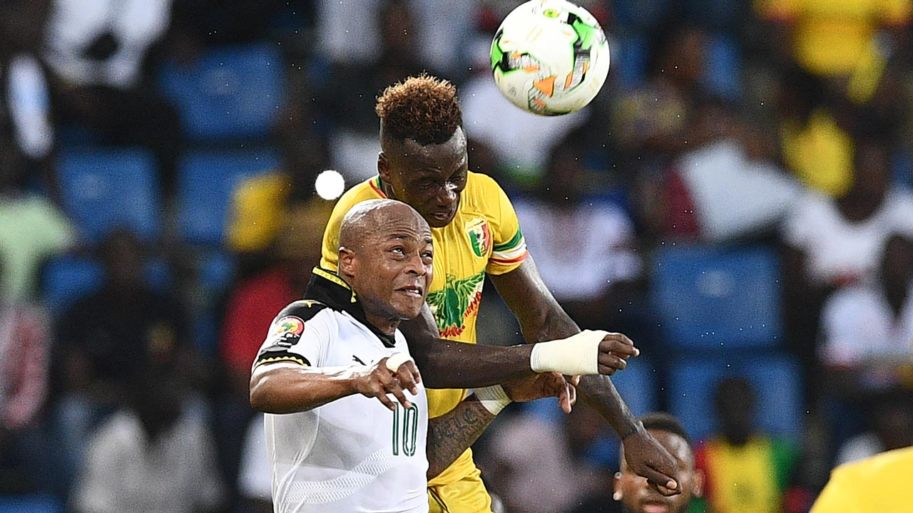 Ghana's forward Andre Ayew (L) heads the ball with Mali's midfielder Mamoutou N'Diaye during the 2017 Africa Cup of Nations group D football match between Ghana and Mali in Port-Gentil on January 21, 2017. Justin TALLIS / AFP