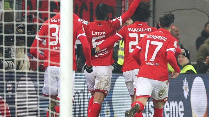 Mainz' midfielder Danny Latza (2L) celebrates scoring the 1-1 with teammates during the German first division Bundesliga football match between FSV Mainz 05 and Borussia Dortmund in Mainz , central Germany, on January 29, 2017.  Daniel ROLAND / AFP
