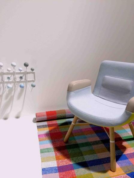 La East River Chair di Vitra su un tappeto di Danskina