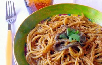 Risultati immagini per immagine spaghetti pomodoro capperi acciughe e pangrattato