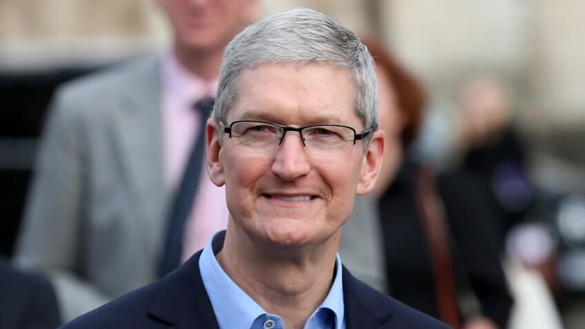 DUBLÍN, IRLANDA - 11/11/2015 El CEO de Apple, Tim Cook, llega para una sesión de preguntas y respuestas con miembros de la Sociedad Filosófica de Trinity College Dublin y recibe la Medalla de Oro de Patrocinio Honorario.