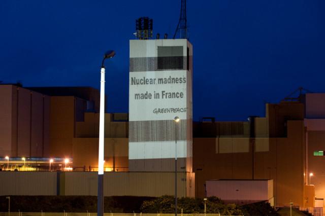 Projection de Greenpeace sur la centrale nucléaire de la Hague, 2009 © Pierre Gleizes / Greenpeace