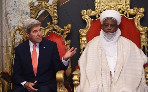 United States Secretary of State John Kerry (L) talks with the Sultan of Sokoto and President-General of the Nigerian National Supreme Council for Islamic Affairs (NSCIA) Muhammadu Sa'ad Abubakar during his visit to his palace in Sokoto, on August 23, 2016. Kerry, who is on a three-nation tour is in Nigeria to discuss counterterrorism efforts, the Nigerian economy, the fight against corruption, and human rights issues. / AFP PHOTO / PIUS UTOMI EKPEI