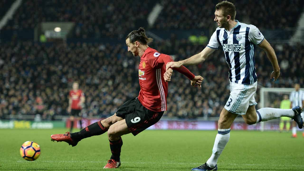 Manchester United's Swedish striker Zlatan Ibrahimovic (L) shoots to score their second goal during the English Premier League football match between West Bromwich Albion and Manchester United at The Hawthorns stadium in West Bromwich, central England, on December 17, 2016. PHOTO: Oli SCARFF / AFP