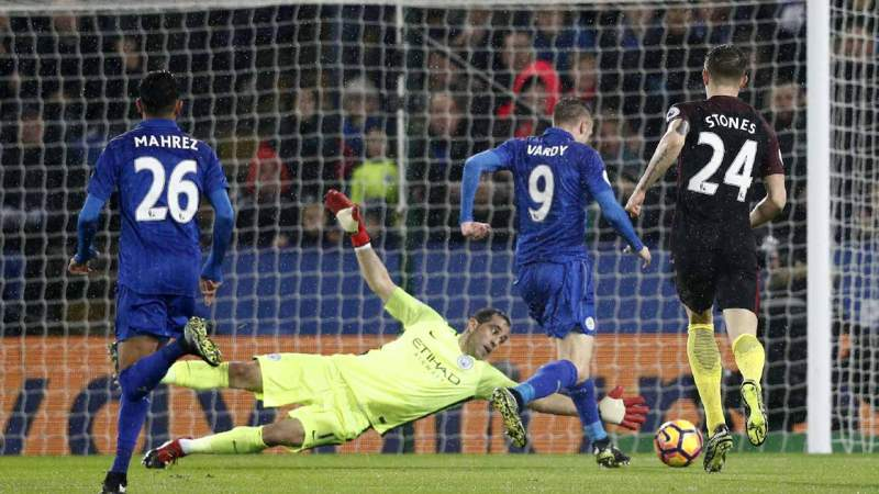 Leicester City's English striker Jamie Vardy (2nd R) takes the ball around Manchester City's Chilean goalkeeper Claudio Bravo on his way to scoring their third goal during the English Premier League football match between Leicester City and Manchester City at King Power Stadium in Leicester, central England on December 10, 2016.  Adrian DENNIS / AFP