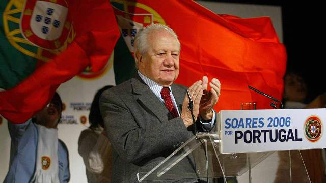 (FILES) This file photo taken on January 08, 2006 shows former Portuguese president Mariuo Soares, then Presidential candidate, appearing at a campaing rally in Faro, south Portugal. Mario Soares, widely seen as the father of Portugal's modern-day democracy, was a towering figure in the country's political scene who spearheaded its entry into the European Union. The founder of Portugal's Socialist party, Soares -- who died on January 7, 2017 at the age of 92 -- spent decades in politics, serving as foreign minister, prime minister and president as well as European lawmaker. FRANCISCO LEONG / AFP