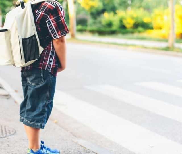 Di Usia Berapa Anak Bisa Dibolehkan Pergi Sendirian