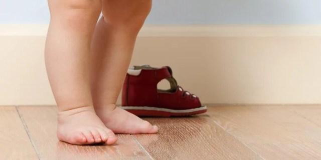 Image result for anak berjalan tanpa alas kaki