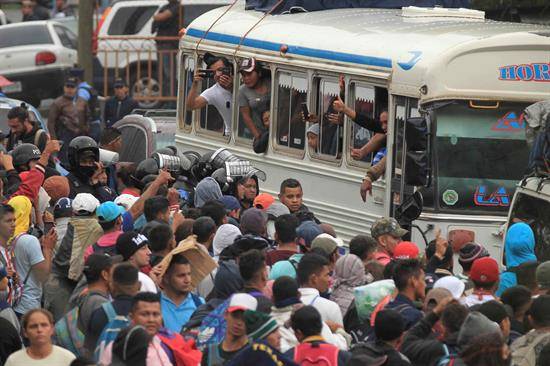 VIAJEROS. A pie o en camiones, decenas de hondureños esperan cruzar hacia Guatemala. Foto: EFE