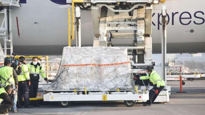 URGENCIA. Ayer llegó el primer vuelo de Estados Unidos con los primeros 211 ventiladores mecánicos. Foto: Daniel Ojeda