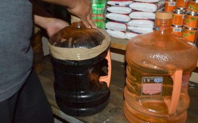 CIERRAN TIENDAS. Así vendían alcohol adulterado en Chiconcuautla, Puebla, el sábado. Foto: Especial
