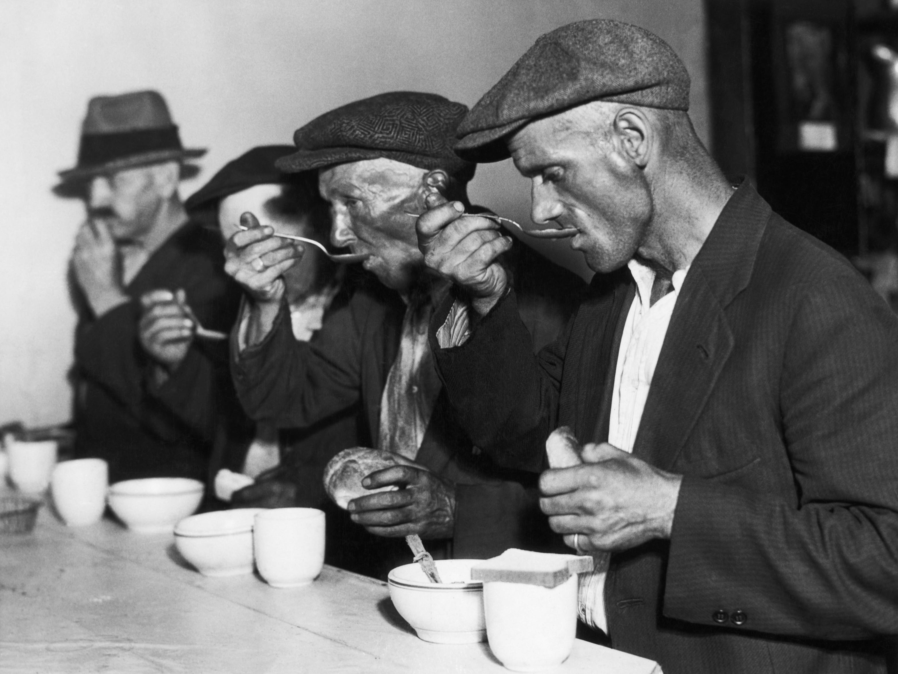 meneatingsoupduringgreatdepression2  Soup Kitchens