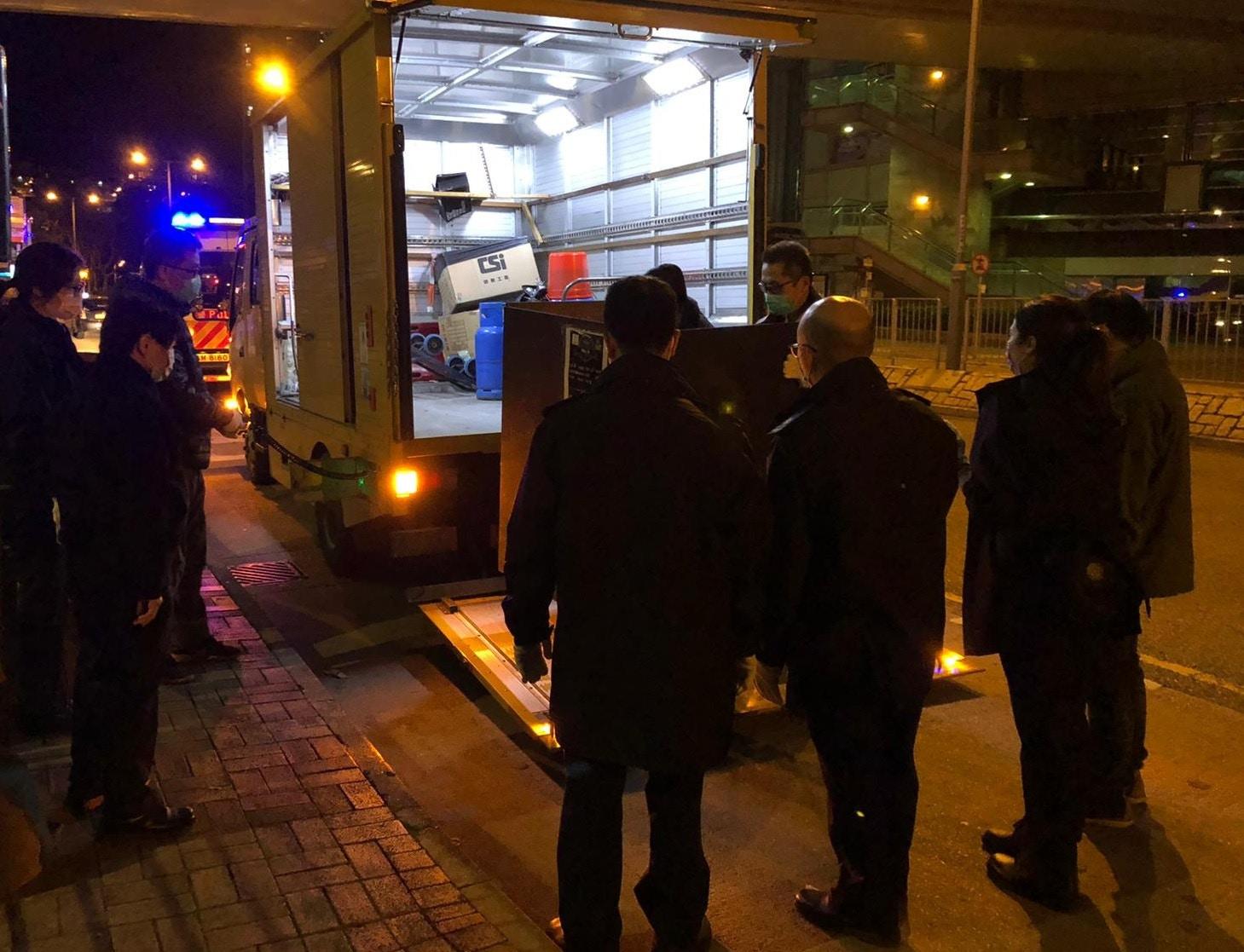 警聯食環署寶林邨打擊小販 拘3男檢流動熟食手推車|香港01|突發
