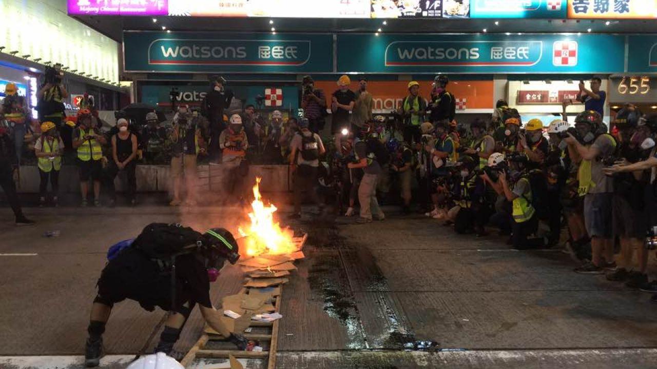 【旺角遊行】 示威者多處縱火 投汽油彈馬路淋電油|香港01|突發