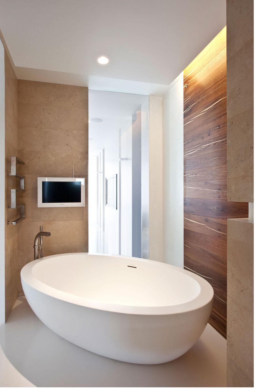 Freestanding modern bath tub | Interior Design Ideas