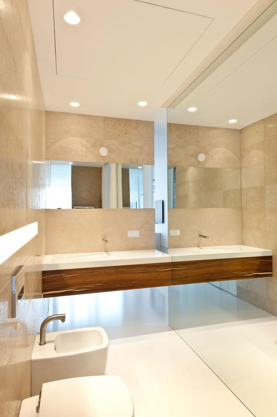 White cream bathroom  Interior Design Ideas