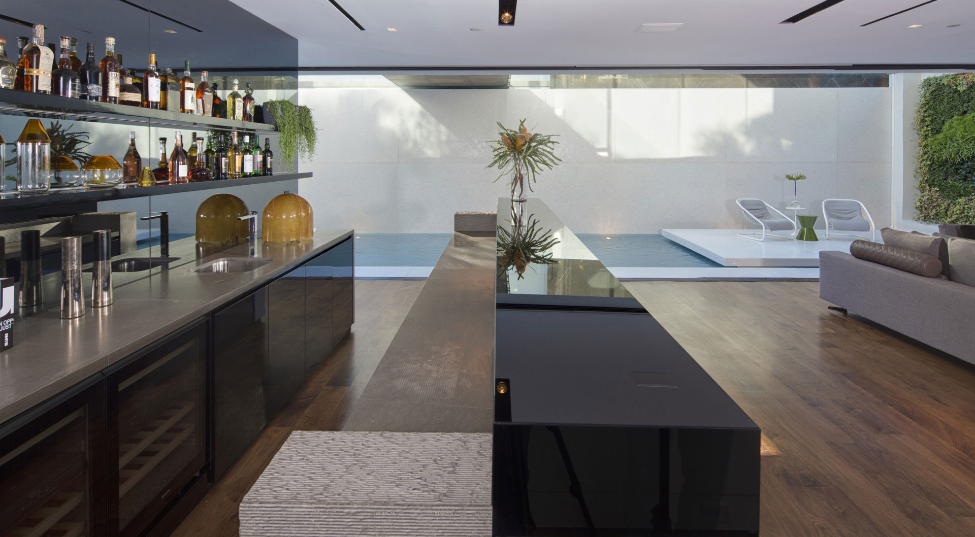 A Dramatic Glass Home Overlooking the LA Basin