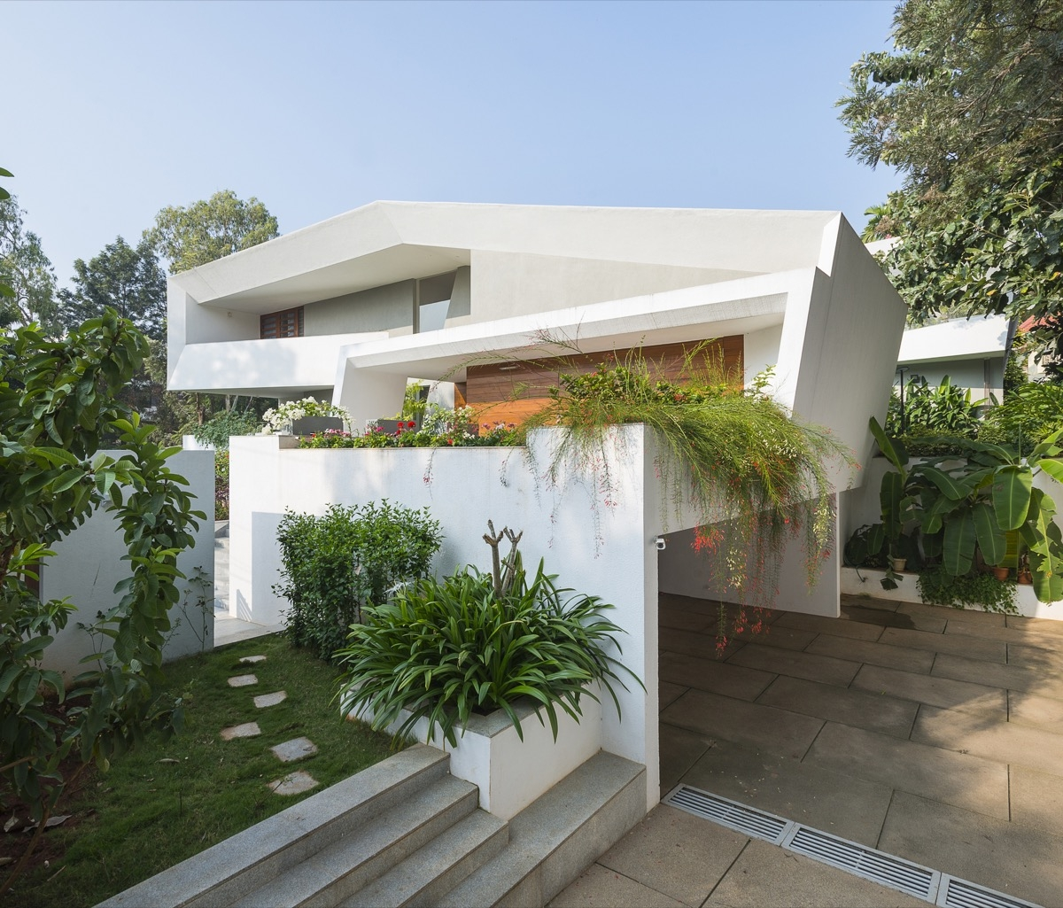 50 Stunning Modern Home Exterior Designs That Have Awesome Facades | Home Outside Steps Design | Diy | Front | Curved Front | Basic Outdoor | Deck