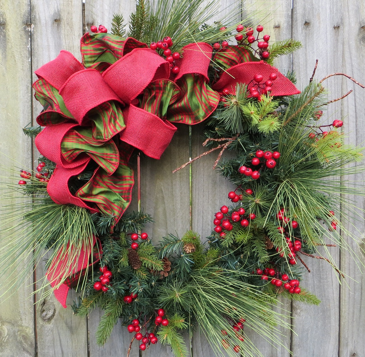 https://i0.wp.com/cdn.homedit.com/wp-content/uploads/2009/12/holiday-christmas-wreath-natual-winter.jpg