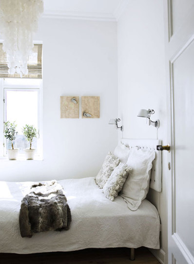 It's hard to imagine a design more simple than a basic straight line. Small Bedroom Decorating Ideas On A Budget